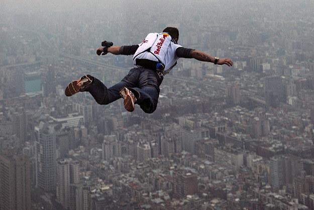 Felix Baumgartner podczas skoku z World Financial Center T101 w Tajpej /fot. Red Bull /
