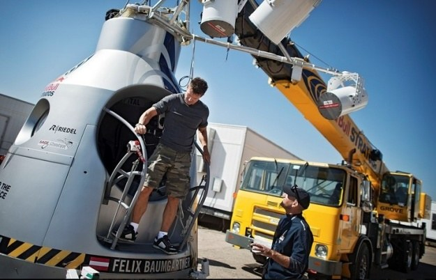 Felix Baumgartner przy kapsule.   Fot. Red Bull /materiały prasowe