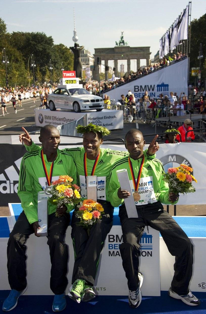 Felix Limo (1. z prawej) był trzeci w Berlin Marathon 2011, podczas gdy  Patrick Makau (w środku) ustanowił rekord świata 2:03:38. Z lewej Edwin Kimaiyo. /AFP