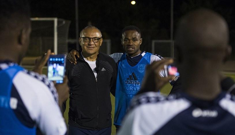 Felix Magath pozuje do zdjęć z piłkarzami-uchodźcami w Poczdamie. /AFP