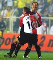 Fenerbahce - Feyenoord 0:2. Ono (przodem) tonie w objęciach Lurlinga po zdobyciu gola
