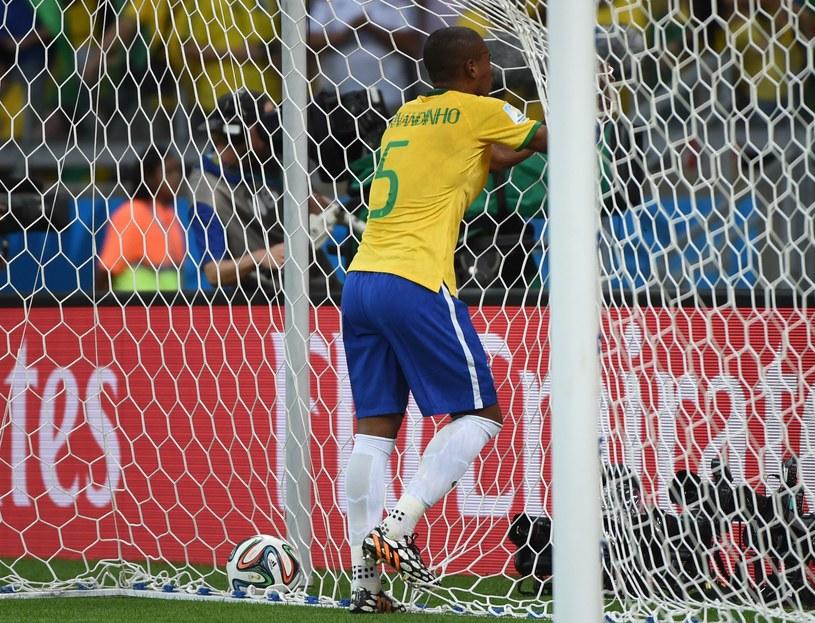 Fernandinho rozegrał fatalny mecz i na drugą połowę już nie wyszedł /AFP