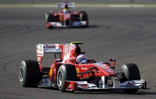 Fernando Alonso przed Felipem Massą /AFP