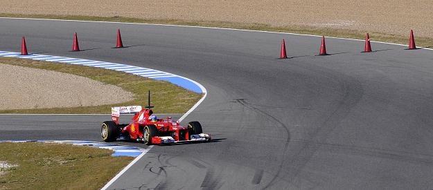 Fernando Alonso w bolidzie Ferrari podczas testów przed nowym sezonem Formuły 1 /AFP