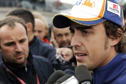 Fernando Alonso w ogniu pytań. /AFP