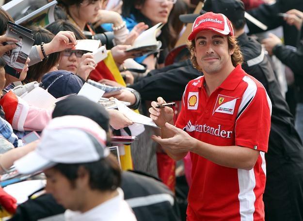 Fernando Alonso w Szanghaju na razie podpisuje autografy /PAP/EPA
