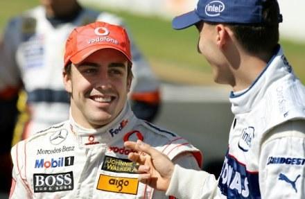 Fernando Alonso (z lewej) i Robert Kubica są dobrymi kolegami. /AFP