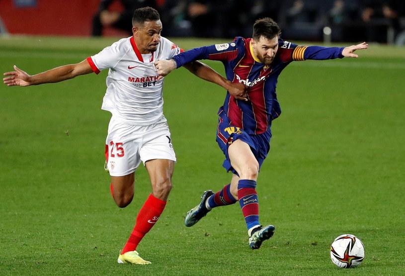 Fernando i Lionel Messi w walce o piłkę /ALBERTO ESTEVEZ /PAP/EPA