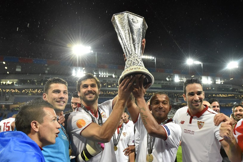 Fernando Llorente (z pucharem po lewej) w barwach Sevilli /MICHAEL BUHOLZER /AFP