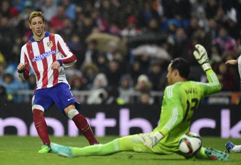 Fernando Torres strzela drugiego gola dla Atletico w starciu z Realem /AFP
