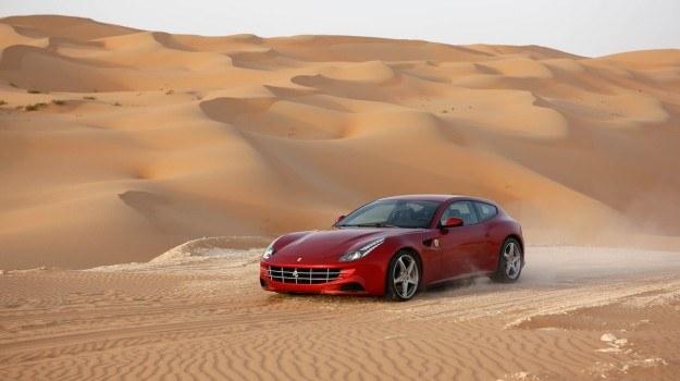 Ferrari FF to pierwszy model w historii firmy z napędem na cztery koła. Auto zadebiutowało w 2011 r. Ma 660-konny silnik V12 o pojemności 6,3 l i... 450-litrowy bagażnik z możliwością powiększenia do 800 l. /Ferrari