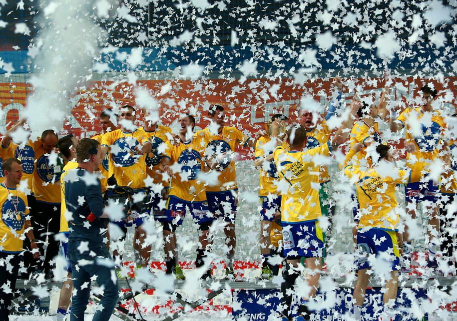 Fetujący z trofeum zawodnicy Vive Targi Kielce po meczu /Marcin Bednarski /PAP