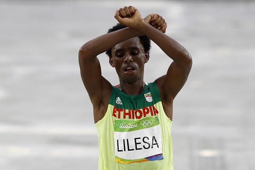 Feyisa Lilesa na mecie maratonu w Rio /AFP
