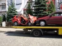 Fiat 126 p, którym jechali, po zderzeniu z oplem złamał się w pół... /Gazeta Regionalna
