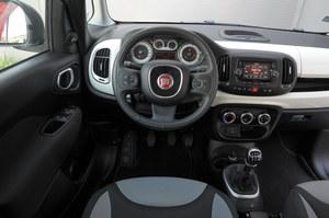 Fiat 500L 1.4 16V Lounge: prosta obsługa, ale zegary dość słabo czytelne. Dobra jakość materiałów i spasowanie. /Motor
