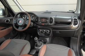 Fiat 500L Trekking 1.4: ładny, nieźle wykonany i łatwy w obsłudze kokpit Fiata. Kierownica sprawia wrażenie bardziej kwadratowej niż okrągłej, ale to złudzenie spowodowane nietypowo poprowadzonym szwem na jej wieńcu. /Motor