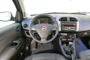 Fiat Bravo II: bogate wyposażenie, atrakcyjna stylizacja, ale jakość tworzyw i precyzja montażu nieznacznie gorsza niż w Seacie. Na szczęście wszystko jest trwałe i – o dziwo – nic nie skrzypi. /Motor