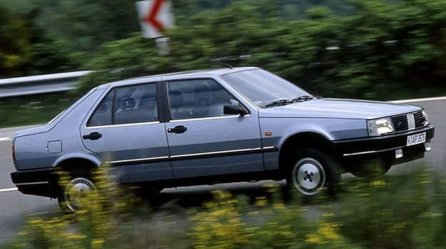 Fiat Croma - przykład nowoczesnej konstrukcji klasy 2000 cm3. Oba zderzaki wykonano oczywiście z tworzyw sztucznych. /Fiat