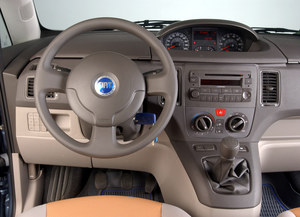 Fiat Idea: w desce rozdzielczej ukrywa się cała masa schowków. Zaskakująco precyzyjnie – jak na Fiata – pracuje lewarek zmiany biegów. /Motor