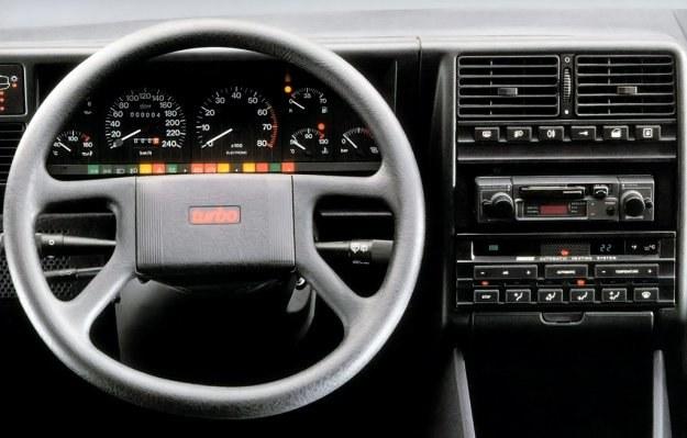 Fiat nie bawi się w gry elektronicznie i zamiast nich użytkownicy pojazdów tej marki spoglądają na tradycyjne wskaźniki umieszczone pośrodku tablicy. /Fiat