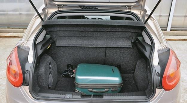 FIAT Pojemność ogranicza subwoofer z lewej strony. Według producenta: 400-1175 l. /Motor
