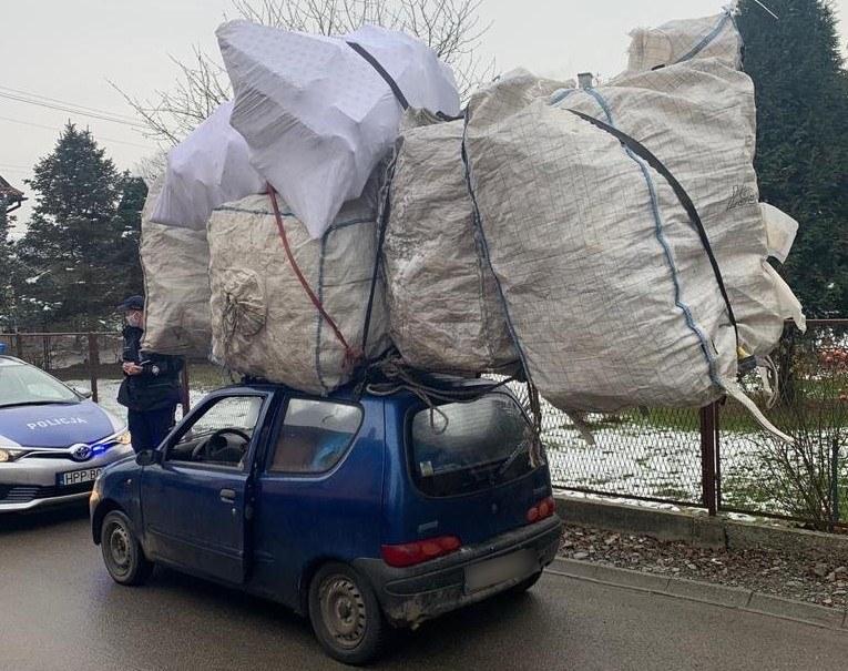 Fiat Seicento z potężnym ładunkiem /Policja