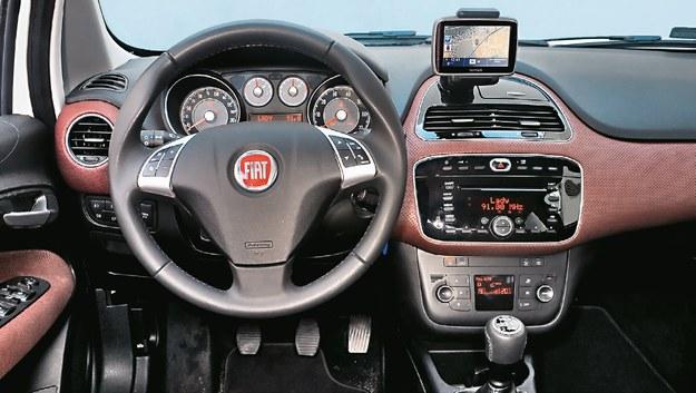 FIAT Ten wygląd tablicy przyrządów wprowadzono przy okazji liftingu z 2009 r. i zmiany nazwy na Punto Evo. Jednak najuboższe wersje wciąż miały starą deskę z 2005 r. /Motor