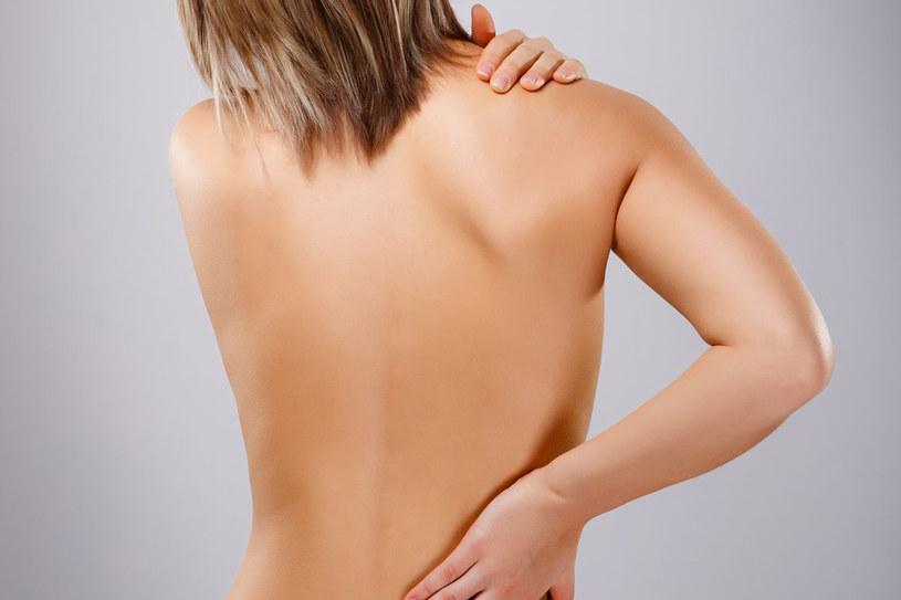 Fibromialgia może powodować bolesne sztywnienia stawów, przykurcze mięśni i powięzi. Dolegliwości rzutują zaś negatywnie na stan psychiczny chorej osoby /123RF/PICSEL