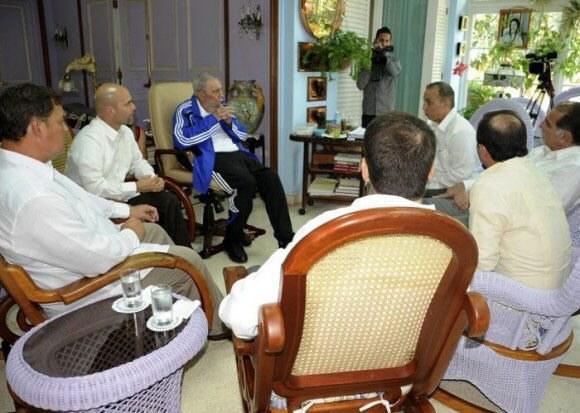 """Fidel Castro rozmawia z """"pięcioma bohaterami"""" /PAP/EPA"""