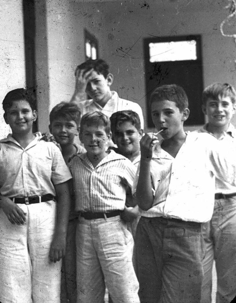 Fidel Castro (z lizakiem) jako młody chłopak /East News