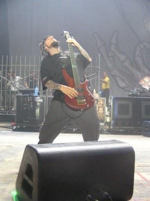 Fieldy (Korn), a w tle fani w Korn Cage /INTERIA.PL