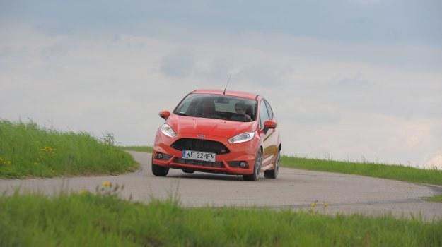 Fiesta ST daje kierowcy ogromną frajdę z dynamicznej jazdy. Widoczny na zdjęciach lakier specjalny Molten Orange wymaga dopłaty 2400 zł. /Motor