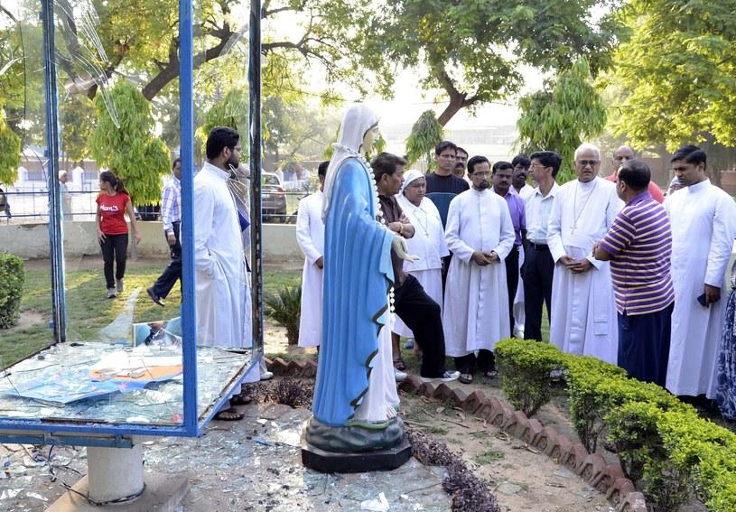 Figura Matki Boskiej przy kościele w Agra /PAP/EPA