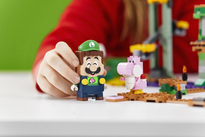 """Figurka Luigiego jest równie ekspresyjna jak jego brata. Co najlepsze, dwaj bracia potrafią ze sobą """"rozmawiać"""" /materiały prasowe"""