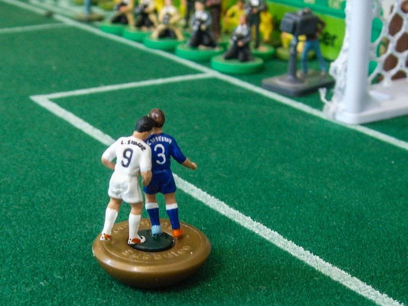 Figurka z Suarezem atakującym Chielliniego autorstwa brytyjskiego artysty Terry'ego Lee /AFP