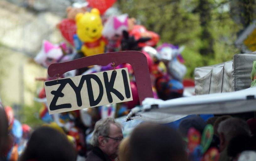 Figurka Żyda z pieniążkiem to popularny gadżet, który można kupić w Krakowie /Marek Lasyk/REPORTER  /Reporter