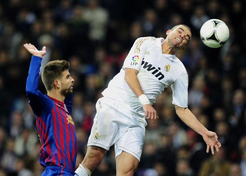 Filar Barcelony Gerard Pique (z lewej) i obrońca Realu Madryt Pepe /AFP