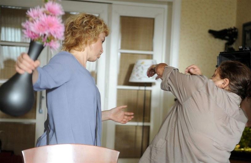 Filarska – w obawie, że wścibska sąsiadka ją  wyda– wda się z nią w bójkę, chwyci za stojący na stole wazon i uderzy starszą panią! /Agencja W. Impact