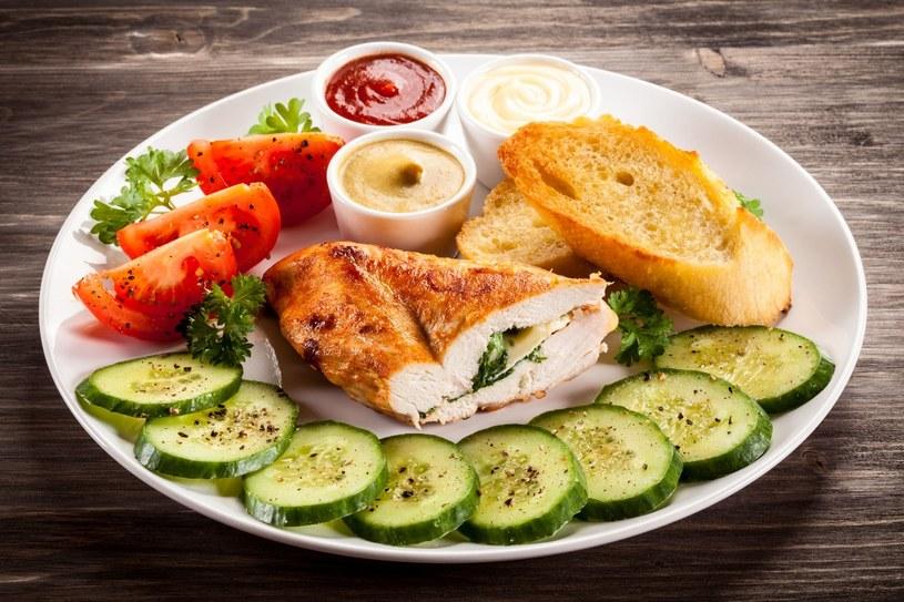 Filet z kurczaka nadziewany pesto /123RF/PICSEL