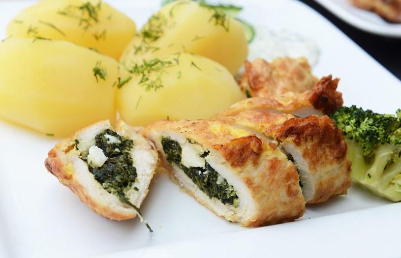 Filet z kurczaka nadziewany szpinakiem /123RF/PICSEL
