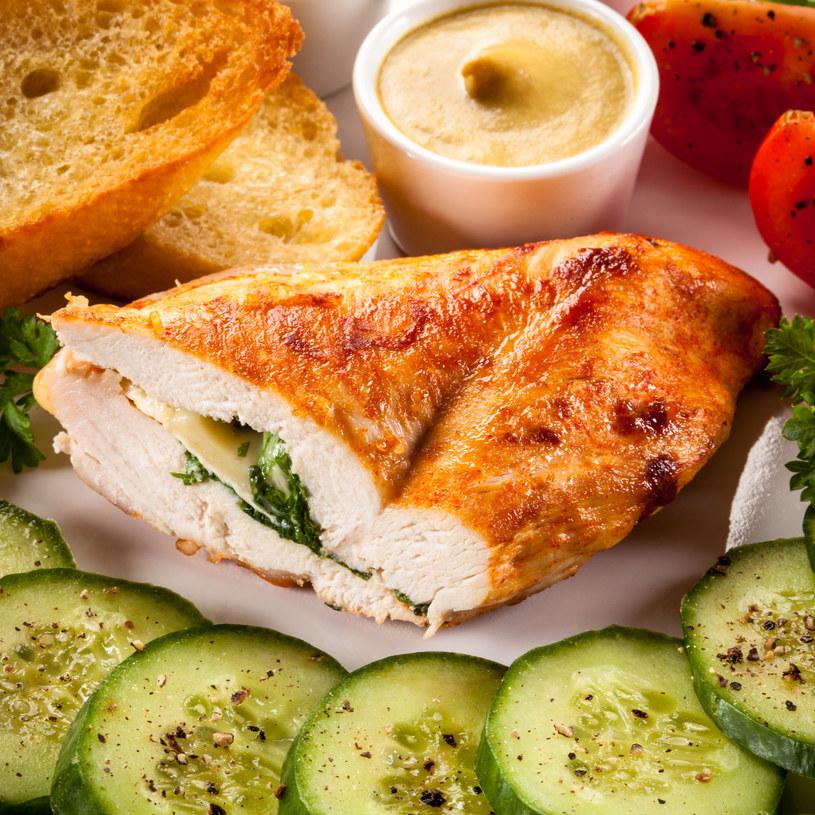 Filet z kurczaka nadziewany /123RF/PICSEL