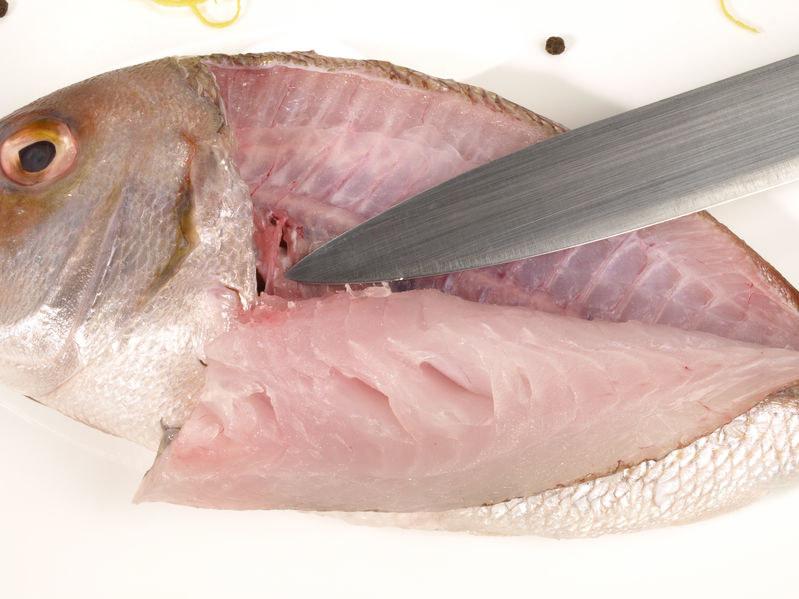 Filetowanie ryby /©123RF/PICSEL