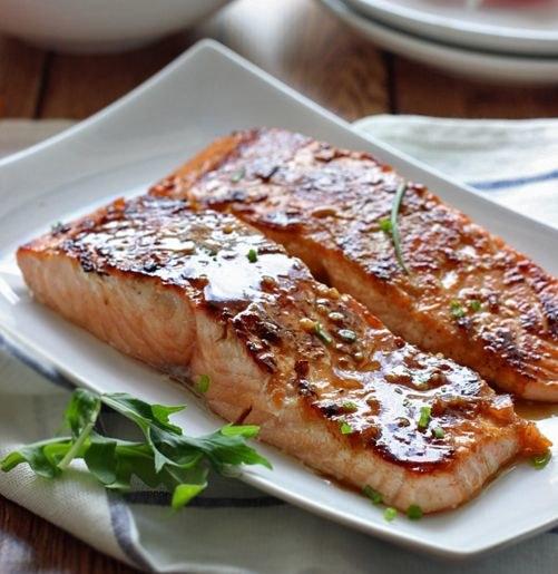 Filety z łososia w sosie miodowym /© Photogenica