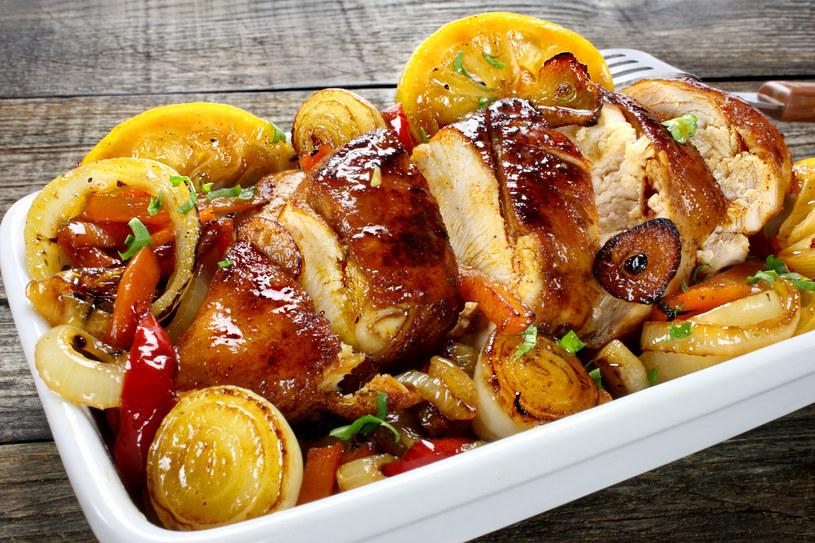 Filety z piersi kurczaka w sosie cebulowym /123RF/PICSEL