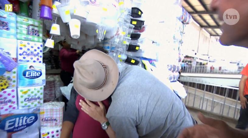 Filip całuje kobietę i trzyma za piersi /materiały prasowe