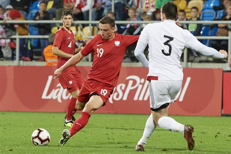 Filip Jagiełło strzela bramkę Gruzji podczas meczu eliminacyjnego piłkarskich mistrzostw Europy U-21 /Adam Warżawa /PAP