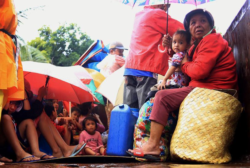 Filipińczycy w oczekiwaniu na ewakuację /AFP