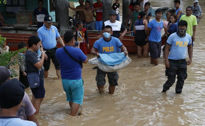 Filipiny po przejściu burzy tropikalnej /Jeoffrey Maitem /PAP/EPA