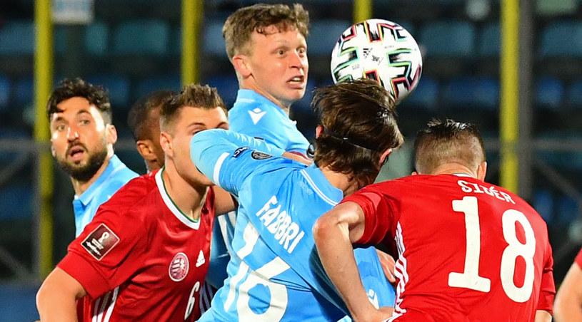 Filippo Fabbri (nr 16) sprokurował rzut karny dla Węgrów /AFP