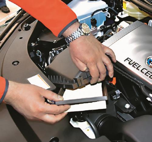 Filtr powietrza w Toyocie Mirai wyglądem przypomina ten, który stosowany jest w modelu Prius. Ma także podobną cenę. /Motor